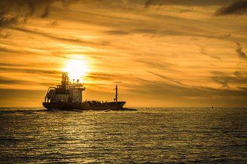 Boot onder een ondergaande zon van Robin Hardeman