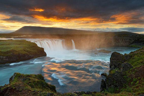Großer Wasserfall in wilder Landschaft im Abendlicht