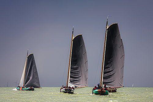 Skutsje wedstrijd voor de wind. van Jan Brons