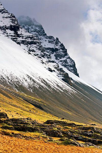 Besneeuwde berg te IJsland van Anton de Zeeuw