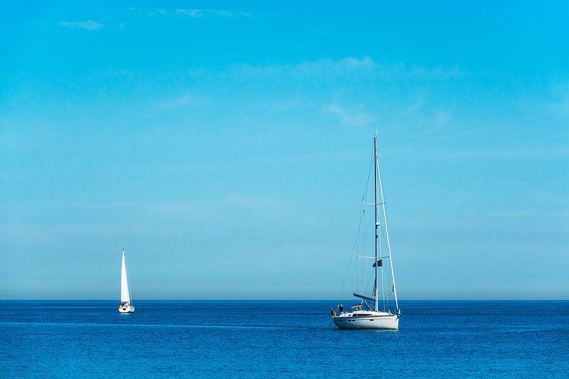 Segelboote auf der Ostsee vor Warnemünde. von Rico Ködder