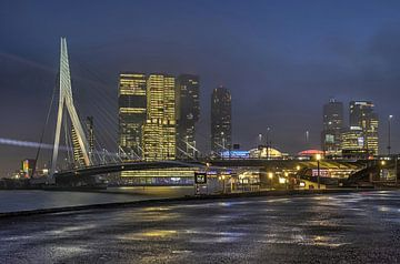 Brücke, Hochhäuser und Kreuzfahrtschiff am Abend von Frans Blok