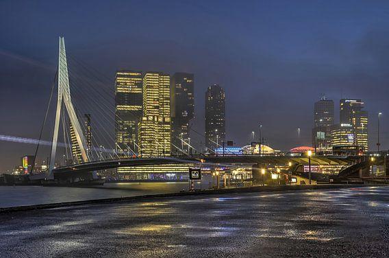 Kop van Zuid en Erasmusbrug in het blauwe uur van Frans Blok