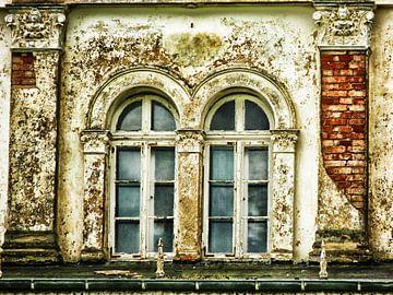 Vervallen witte villa II van