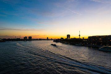 Skyline Rotterdam met de Euromast bij nacht