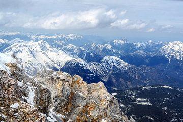 schroffe felsen und schneebedeckte berge in den bayerischen alpen in deutschland, blick von der zugs von Maren Winter
