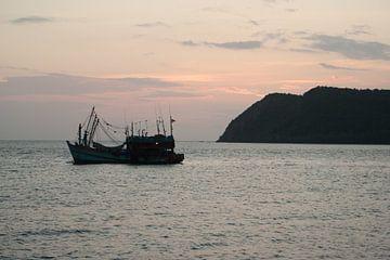 Vissersboot Bij Zonsondergang van Stijn van Kester