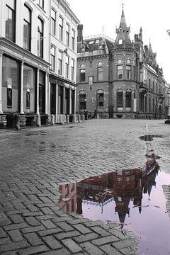 Torentje aan de Pausdam in Utrecht gekleurd in de plas. van R.Phillipson
