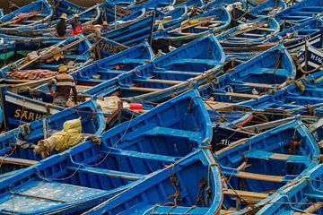 Blaue Boote im Fischerdorf Essaouira von Koen Henderickx