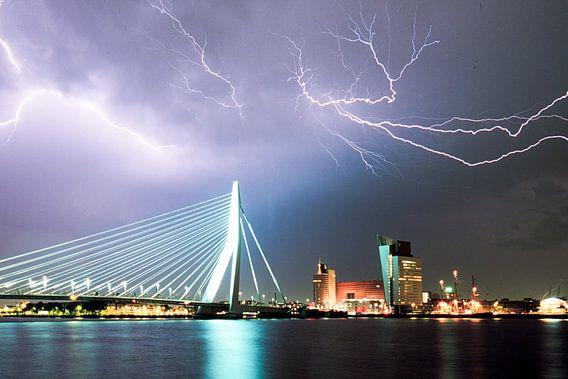 Bliksem boven Rotterdam van Roel Dijkstra