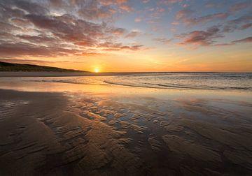 Schöner Sonnenaufgang auf einem Netherland-Strand von Jos Pannekoek
