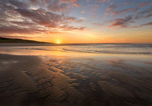 Prachtig zonsopkomst op strand bij de maasvlakte van