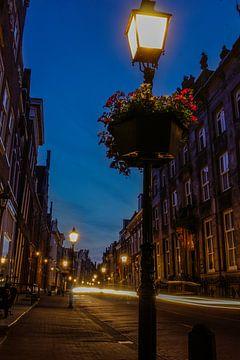 De avond valt in de oude binnenstad van Hoorn van Nathalie Pol