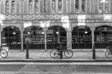 Zwartwit van een boekenwinkel in Shoreditch in Londen van Reis Genie