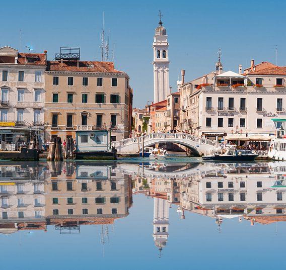 Piazza De San marco seen over the water van Brian Morgan