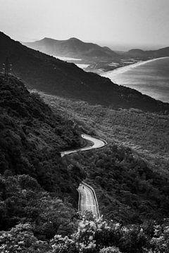 Zwart-wit foto van de Hai Van Pass in Vietnam. van Twan Bankers