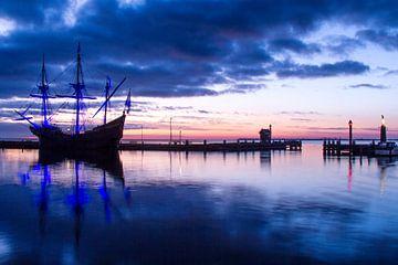 VOC schip de Halve Maen voor zonsopkomst in de haven van Volendam van Marianne Jonkman