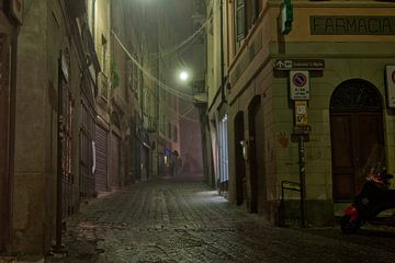 Mistige avond in Bergamo, Italie van Nacht fotografie