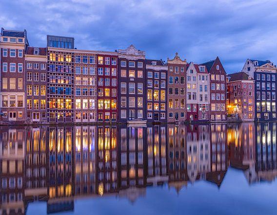 Amsterdam houses along the Damrak canal van Rene Siebring