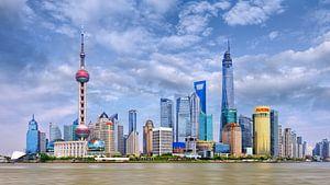 De horizon van Shanghai met hoge wolkenkrabbers tegen een blauwe hemel