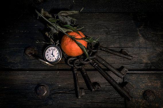 Stilleven Clementine, klok en sleutels op hout
