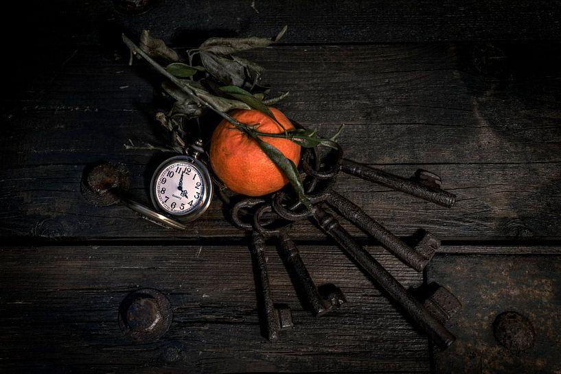 Stilleven Clementine, klok en sleutels op hout van Steven Dijkshoorn