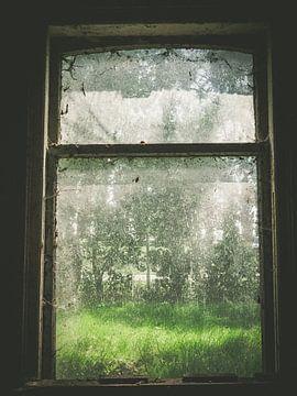 Une fenêtre sale et abandonnée