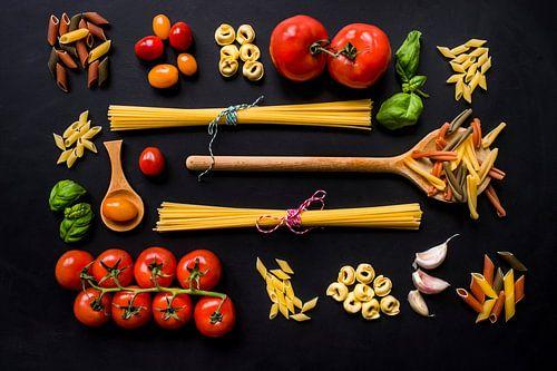 Pasta, pollepels, basilicum, wooden spoon.