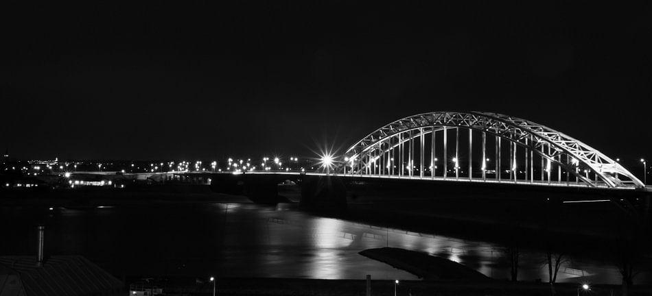 De waalbrug in Nijmegen van Lonneke Klomp