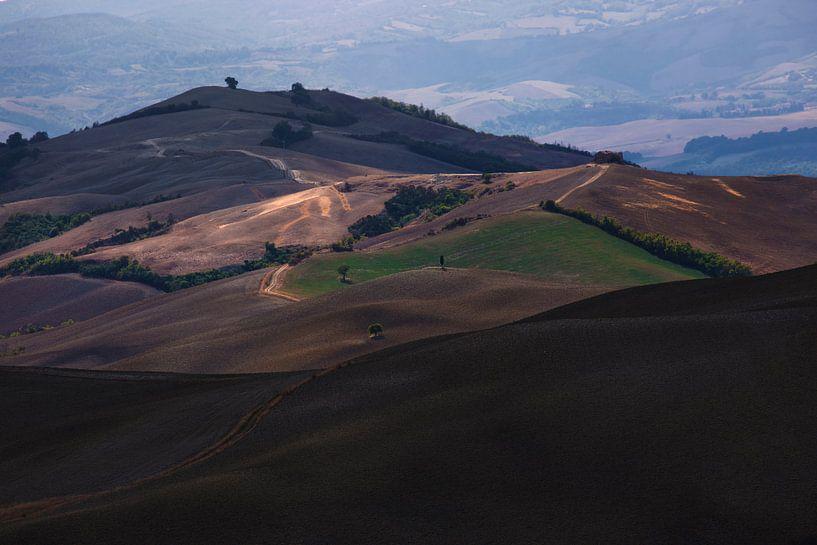 De heuvels in Toscane met mooie warm kleuren van Steven Dijkshoorn