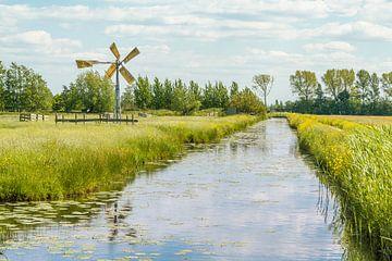 Graben durch Wiesen mit Windmühle