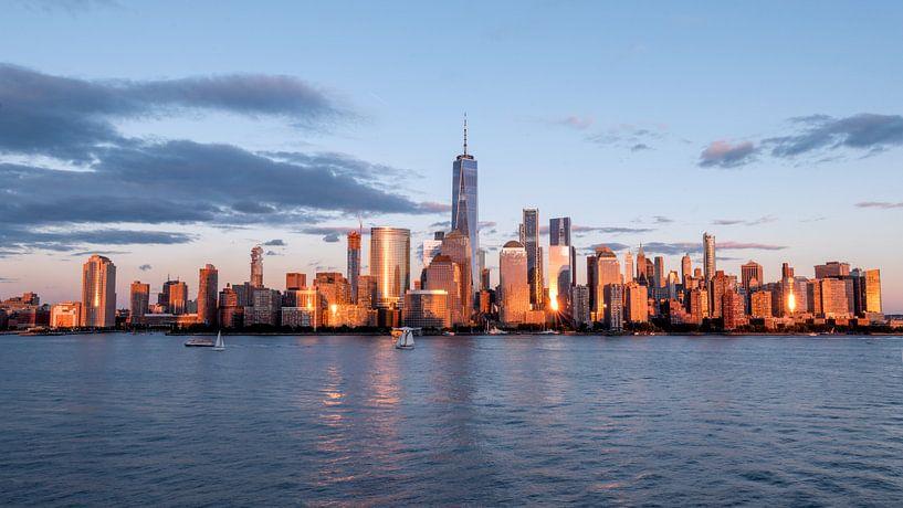 New york city skyline daytime sun clouds blue golden hour van Marieke Feenstra