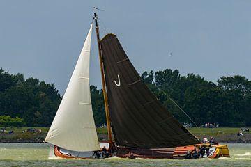 Skûtsje classic Frisian rides sailboat on the IJsselmeer sur Sjoerd van der Wal