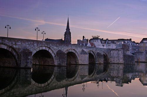 Sint-Servaasbrug in Maastricht tijdens zonsopkomst van