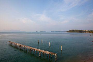 Koh Samui, Thailand. Houten pier in de zee bij een vissersdorp. van Tjeerd Kruse