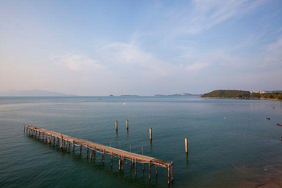 Koh Samui, Thailand. Houten pier in de zee bij een vissersdorp.