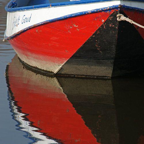 Reflectie van kleurige roeiboot in het water.