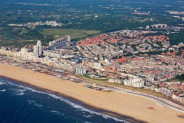 Luchtfoto Scheveningen met strand sur Anton de Zeeuw