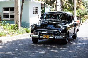Cubaanse auto met kenteken BDL 575 in het straatbeeld (kleur) van 2BHAPPY4EVER.com photography & digital art