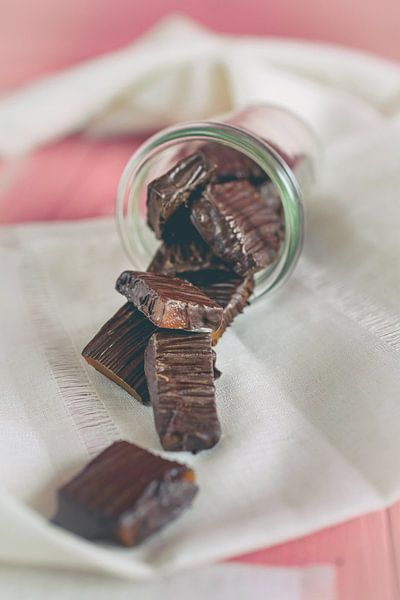 Zelfgemaakte karamel snoepjes bedekt met chocolade van Edith Albuschat