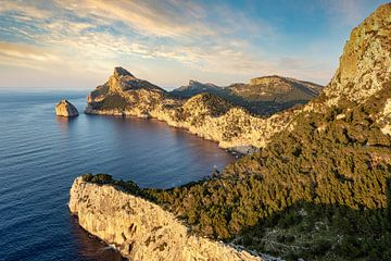 Avondzon in Cap de Formentor, Mallorca van Michael Valjak
