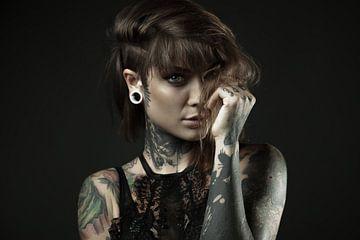 Vrouw met tatoeages van Atelier Liesjes
