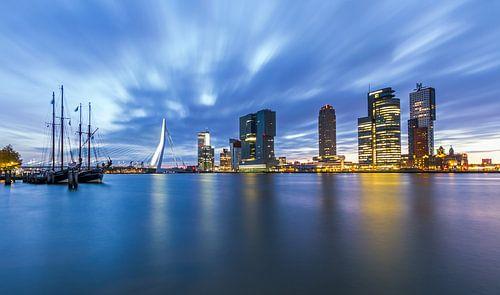 Rotterdam in beweging tijdens zonsopkomst van