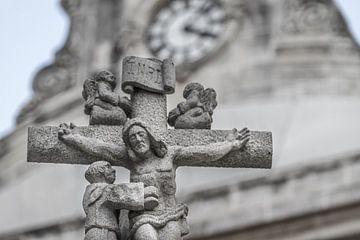 Jezus aan het kruis in steen.