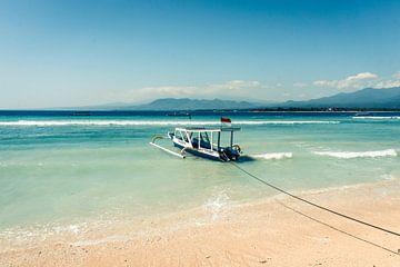 Vissersboot voor de kust van Gili Air (Indonesië) van Expeditie Aardbol