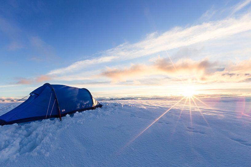 Zonsondergang in een winterlandschap van Coen Weesjes