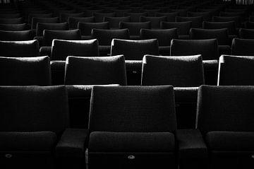 Stühle mit einem Lichtstreifen von Eline Willekens