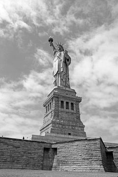 Het vrijheidsbeeld in New York op Liberty Island (zwart wit) van Ramon Berk