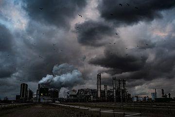 Dreigende wolken boven een fabriek in de Botlek von MICHEL WETTSTEIN