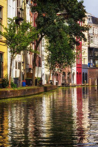 De werf aan de achterzijde van de Lijnmarkt aan de Utrechtse Oudegracht (staand) van